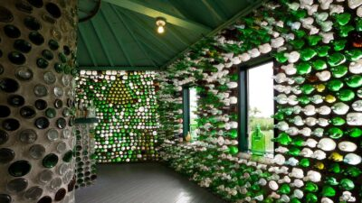 Необычные дома из мусора − экономные и экологичные!